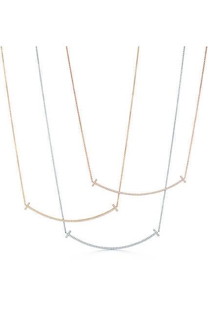 <strong>ティファニーT スマイル ペンダント</strong><br /> 素材|上からローズゴールド×ダイヤモンド、イエローゴールド×ダイヤモンド、ホワイトゴールド×ダイヤモンド<br /> チェーンの長さ|共に約41〜46cm(調整可能)<br /> 価格|共に50万2200円<br />