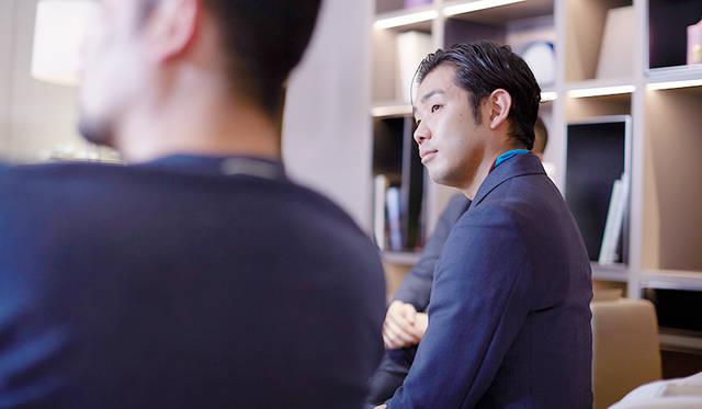 <strong>細尾真孝|HOSOO Masataka</strong> <br>株式会社細尾 取締役。1978年、西陣織老舗 細尾家に生まれる。09年より新規事業を手がける。帯の技術、素材をベースにしたファブリックを海外に向けて展開し、建築家のピーター・マリノ氏が手がけたディオール、シャネルの店舗に使用される。「伝統工芸」を担う同世代の若手後継者によるプロジェクト「GO ON」のメンバーとして国内外で幅広く活動中。http://www.goon-project.com/