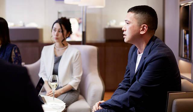 <strong>ムラカミカイエ|MURAKAMI Kaie</strong><br> クリエイティブディレクター。1974年生まれ。三宅デザイン事務所を経て、2003年 東京にブランディングエージェンシー「SIMONE INC.」、2011年 香港に「THE ESSENTIALS.」を設立。国内外多数の企業のデジタル施策を軸としたブランディング等を手掛ける。GOOD DESIGN AWARD他受賞。文化事業を通して災害復興に貢献する SAVEJAPAN! PROJECT 発起人を務める。http://www.ilovesimone.com/
