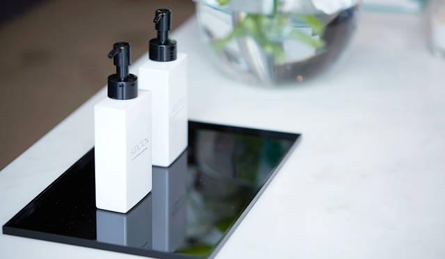 ボトルのデザインもシンプルで美しく、どんなバスルームにもスタイリッシュなアクセントを添えてくれそう。