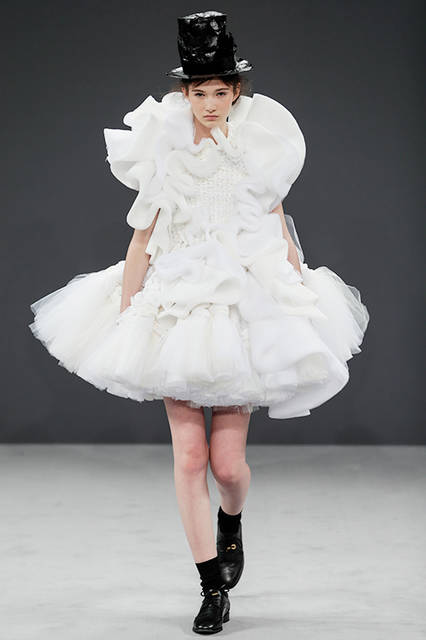 """<strong><a href=""""/brand/viktor-and-rolf"""">VIKTOR & ROLF ヴィクター&ロルフ</a></strong> <br><br> <a href=""""/gallery/1499975""""  class=""""link_underline"""">2016-17年 秋冬 オートクチュールコレクション</a><br><br>"""