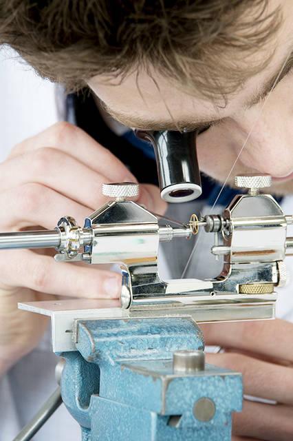 歯車のホゾ(編集部注:軸穴)の研磨作業。この非常に繊細な作業をマスターするには、およそ10年かかると言われている。
