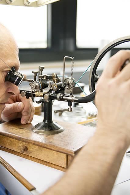 パテック フィリップの修復工房で働くことは、スイス時計業界のなかでも最難関のひとつとして数えられている。