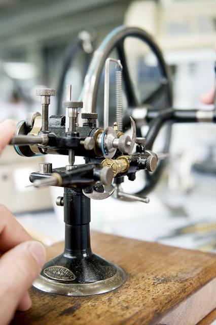 歯車の歯を切る手動工作機械。修復作業には、こうしたミュージアム級の工作機械が実際に使われている。