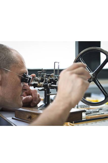 歯車の修復は、繊細さと注意深さが高次元で要求される作業。この息が詰まるような作業を、職人たちは淡々とこなしている。