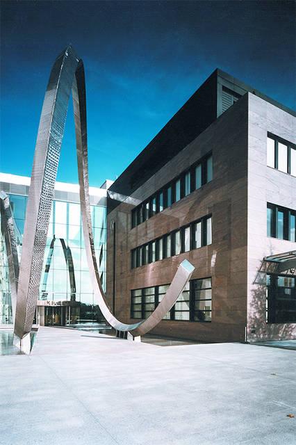 ジュネーブ市郊外のプラン・レ・ワットにあるパテック フィリップの本社。巨大なオブジェは、ヒゲゼンマイを模したもの。