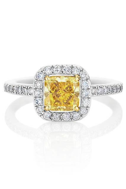 <strong>デビアス オーラ ファンシーカラー ソリティア ダイヤモンドリング</strong><br /> 素材|ファンシーイエローダイヤモンド(1.01ct)、ホワイトダイヤモンド、ホワイトゴールド、イエローゴールド<br /> 価格|190万800円<br />