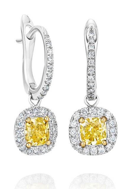 <strong>デビアス オーラ ソリティア ダイヤモンド スリーパー イヤリング</strong><br /> 素材|ファンシーイエローダイヤモンド(0.52ct)、ホワイトダイヤモンド、ホワイトゴールド、イエローゴールド<br /> 価格|154万9800円 <br />