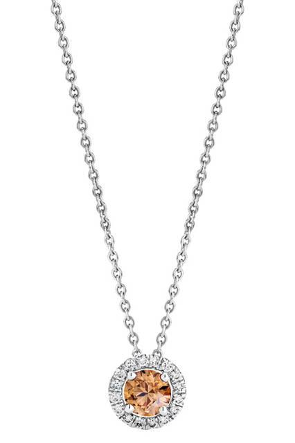 <strong>デビアス オーラ ペンダント シャンパン カラーダイヤモンド</strong><br /> 素材|ファンシーイエロッシュブラウンダイヤモンド(0.39ct)、ホワイトダイヤモンド、ホワイトゴールド<br /> 価格|25万7040円<br />