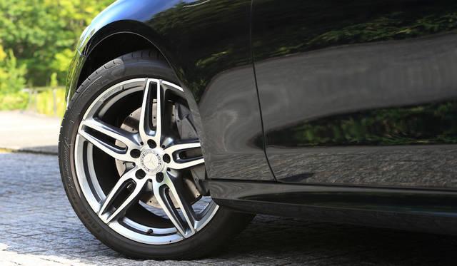E200アバンギャルド・スポーツのタイヤはリム径19インチが標準となる