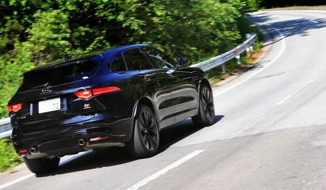 AWD(総輪駆動)システムはドライ路面では後輪に90パーセントのトルクを、スリップしやすい路面では前後50パーセントずつ、変化の多い路面では前輪に90パーセントとたえず最適な駆動力をもたらす