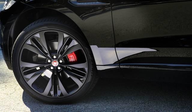 Sのタイヤは255/50R20でホイールもハーフマットで迫力十分