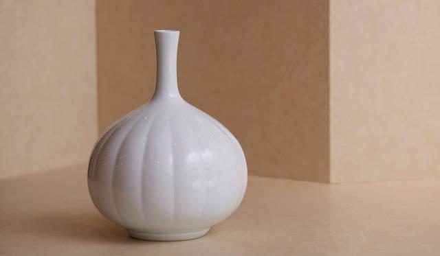 井上萬二「白磁菊彫文鶴首花瓶」(108万円)