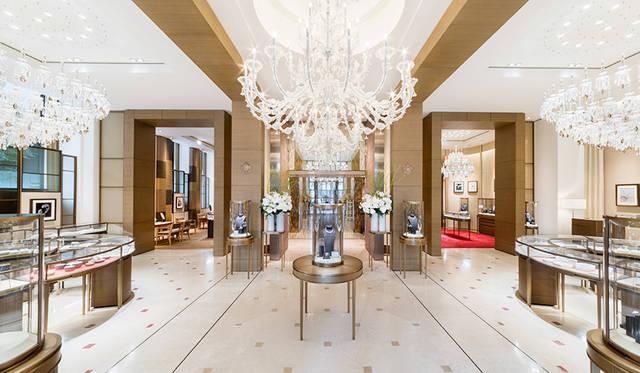 エントランスにはイタリアのガラス職人バロビエ&トーゾが手がけた7メートルのシャンデリア<br> Jimmy Cohrssen ©Cartier