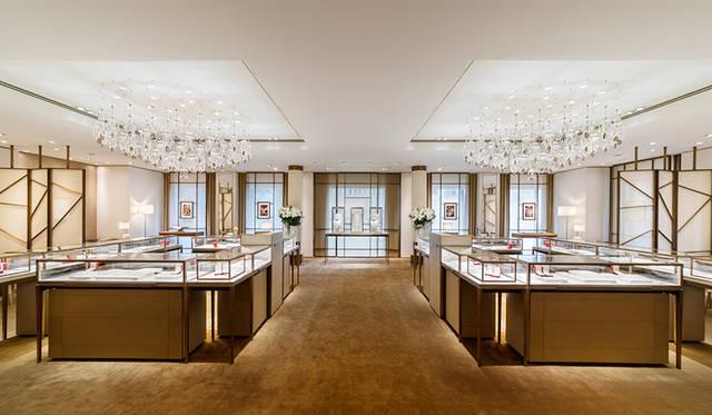 3階のダイヤモンドのフロアはフェミニンで静謐な印象_日本の屏風にインスピレーションを得たパーテーションがアクセント<br> Jimmy Cohrssen ©Cartier