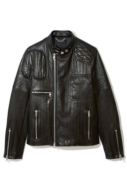 無骨なデザインのレザージャケット。随所に施されたパッチワークとステッチワークが唯一無二のデザインに仕上げている。軽くて着心地の良いラムレザーを使用し、程良くフィットするシルエットが大人の着こなしにぴったり。レザージャケット25万2000円(ディーゼル ブラック ゴールド)