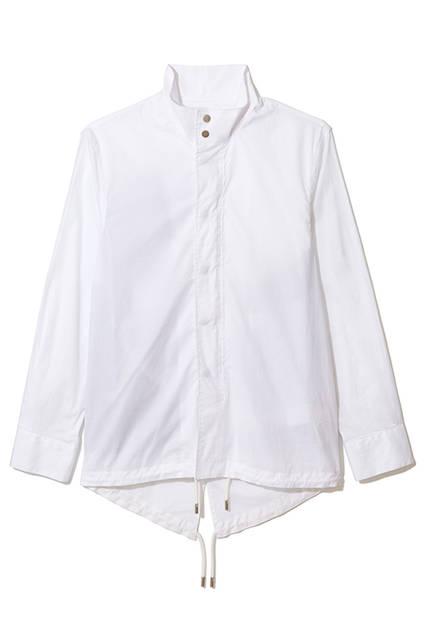 比翼仕立てになったモックネックのシャツ。ストレッチが効いているので着心地も抜群。カジュアルからモードなスタイルまで様々な着こなしを楽しめそう。シャツ3万9000円(ディーゼル ブラック ゴールド)