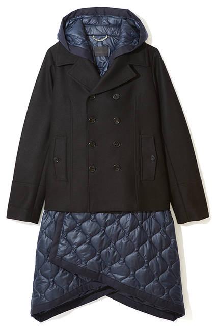 Pコートにキルティングジャケットがドッキングした、ユニークなデザインのハイブリッドジャケット。インに着るもの次第でカジュアルにもエレガントにもなる万能アウター。ジャケット15万1000円(ディーゼル ブラック ゴールド)