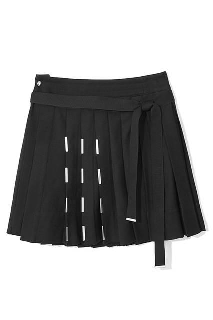 短めの丈がセクシーなプリーツスカートは、メタルパーツがアクセントになったデザインで、カジュアルなスタイルにも合わせやすそう。ジャストウエストでトップスをインしたコーディネートが今シーズンらしい。スカート5万7000円(ディーゼル ブラック ゴールド)