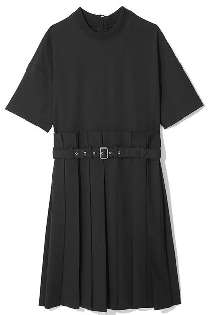 スポーティなクルーネックとプリーツのコンビネーションが特徴的なドレス。半袖デザインなのでシーズンレスで着用できるのも◎。丈の短いコートのインナーとしても相性抜群。ドレス9万1000円(ディーゼル ブラック ゴールド)