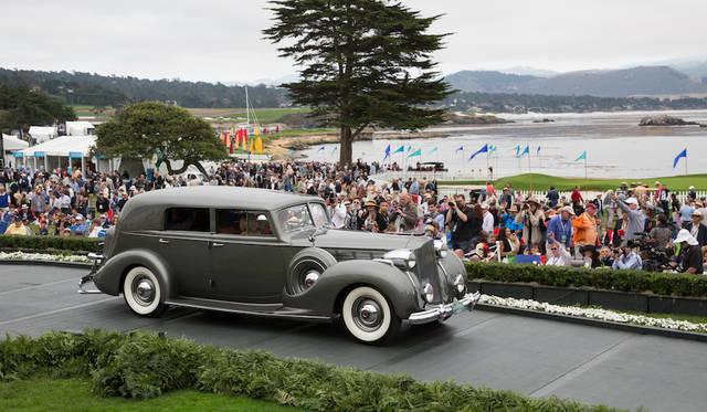 現在もっとも重要なクラシックに与えられる「クラシックカークラブ・オブ・アメリカ・トロフィ」はパッカード1605スーパーエイト・ボーマン&シュワーツ・コンバーチブルセダン(38年)に Copyright © Kimball Studios / Courtesy of Pebble Beach Concours d'Elegance