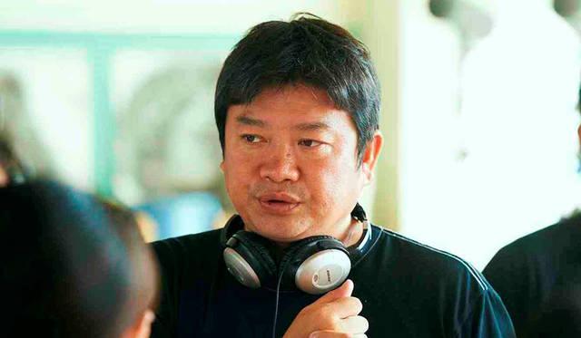 監督:本広克行(もとひろ・かつゆき) 1965年生まれ。香川県出身。高校を卒業後、映画学校、映像制作会社を経て、1996年に初の映画監督作品『7月7日、晴れ』で劇場デビュー。2003年に公開された映画『踊る大捜査線 THE MOVIE2 レインボーブリッジを封鎖せよ!』では、日本映画(実写)興行収入記録歴代一位の座を獲得。その後もドラマ・演劇・アニメ・ゲーム・MV・ショートムービー・CM・映画祭のディレクターと、活動の場は多方面に渡る。2015年、平田オリザ原作・ももいろクローバーZ主演の映画『幕が上がる』を監督。同作の舞台版でも演出を担当した。