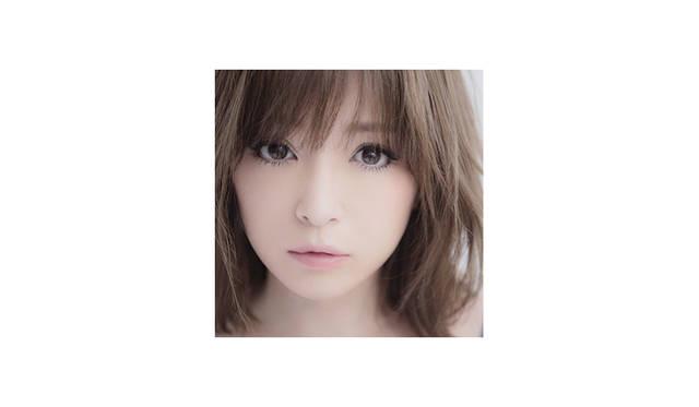 <strong>Ayumi Hamasaki<br> 浜崎あゆみ / アーティスト </strong><br><br><br> 1998年デビュー。以降数々の記録を樹立し歌姫として頂点に君臨。 ソロアーティストとしては史上初となるシングル・アルバム総売上5,000万枚突破という大記録を持つ。 全ての作詞を自ら手掛け、その詞が描く世界観と一度聴いただけで耳に残る歌声は聴く人全ての心に訴えかける。 楽曲のみならずファッションや生き方まで、世代を越えて多くの女性から圧倒的な支持を受ける。