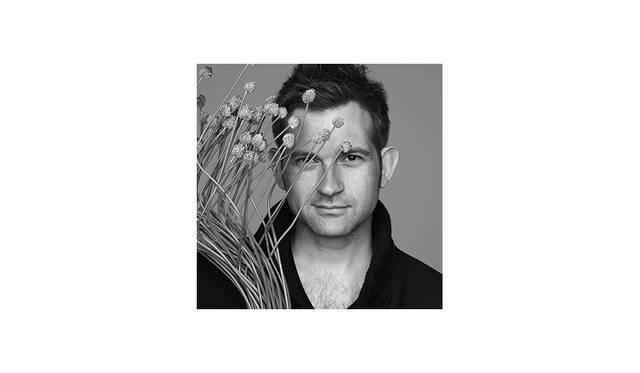 <strong>Nicolai Bergmann<br> ニコライ・バーグマン / フラワーアーティスト</strong><br> <br> デンマーク・コペンハーゲン出身。 ヨーロピアンスタイルをベースに、北欧のテイストと細部にまでこだわる日本らしい感性を組み合わせた独自のスタイルの作品で知られる。フラワーデザインはもとより、ファッションやデザインの分野でも世界有数の企業と共同デザインプロジェクトを数多く手がける、今や日本でもっとも有名なフラワーアーティストの一人である。