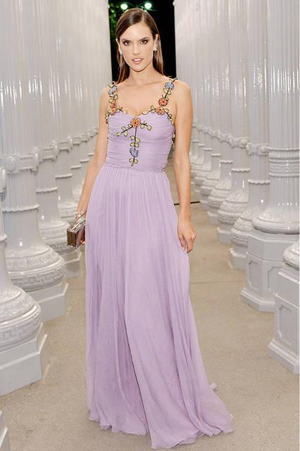 <strong>アレッサンドラ・アンブロジオ</strong><br /> ドレス:2016年プレフォール コレクション ルック40のフローラル刺繍ディテールがあしらわれたペールラベンダーシフォンクレープ スパゲティストラップドレス