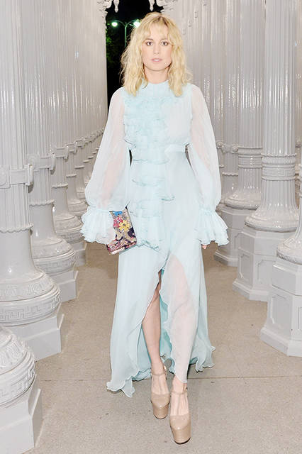 <strong>ブリー・ラーソン</strong><br /> ドレス: 2017年クルーズ コレクションのフラウンスがあしらわれたペールブルー ロングスリーブドレス<br /> バッグ:刺繍が施されたシルクのマルチカラー クラッチ<br /> シューズ:ヌードカラー ハイヒール プラットフォームサンダル