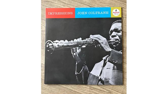 """<strong>John Coltrane「IMPRESSIONS」(Impulse)</strong><br> コルトレーンのひとつの到達点。件の""""India""""はエリック・ドルフィー(bcl)との双頭コンボ。そしてNYの名門ジャズクラブ、ビレッジ・バンガードでライブ録音されたもの。この後にコルトレーンの恒久的なカルテットーマッコイ・ターナー(p)、エルヴィン・ジョーンズ(ds)ジミー・ギャリソン(b)ーが組まれる萌芽の時期の録音というのも興味深い。このどこか牧歌的で深淵な世界をぜひ体感して欲しいと思います。"""