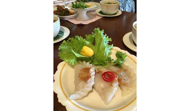河を挟んで対岸にあるホテル施設では、タイ料理のクラスも
