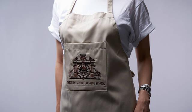 料理教室の参加者には修了書、スパイス、エプロンのお土産が