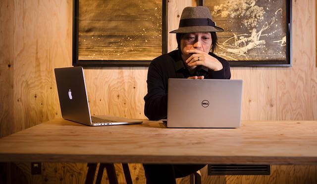 チームで手掛ける案件の仕上がりをバイリンガル環境で確認するのは、川上さんの日常的な作業。デザイナーがWindowsを使用するのは、むしろ当然。