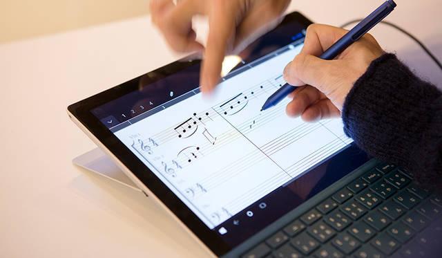 """川上さんが操作しているのが、「<a class=""""link_underline"""" href=""""https://www.microsoft.com/ja-jp/store/p/staffpad/9wzdncrddkrb"""" target=""""_blank"""">StaffPad</a>」という音楽作成ソフト。書いた譜面は再生され、修正やリピート操作も容易。その面白さは、一度体験すると分かるはず。"""