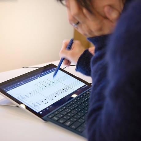 川上さんが操作しているのが、「●●●●●●」という音楽作成ソフト。書いた譜面は再生され、修正やリピート操作も容易。その面白さは、一度体験すると分かるはず。
