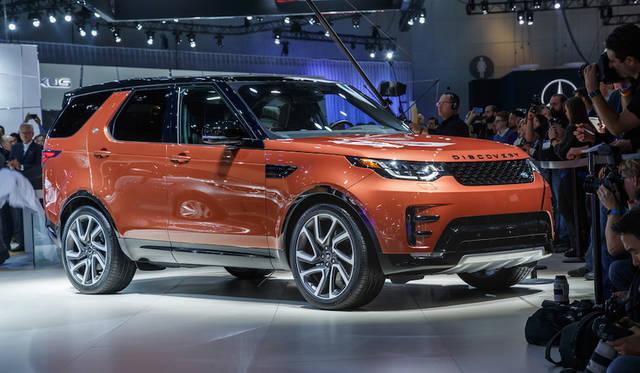 ランドローバー「ディスカバリー」。5世代目はホイールベースとともに車体は伸びて7人の大人も満足できる居住性と謳ういっぽう、アルミニウム素材を多用することで軽量化を図り操縦性と燃費を改善