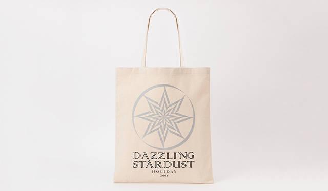 "<strong>DAZZLING STARDUST CHARITY TOTE BAG</strong><br> トートバッグ S 500円(税別) M 1000円(税別)  <br>ホリデーシーズン期間中、銀座本店・新宿店・六本木店・横浜店・神戸店・福岡店・オンラインストアでは、商品をお買上げいただいたお客様に先着で、今回のホリデーキャンペーンのアイコンがデザインされたトートバッグを販売中。販売価格の収益金は、東北復興支援活動をサポートする""ボラサポ2""、熊本復興支援活動をサポートする""ボラサポ・九州""に等分して全額寄付される。  <br>※数に限りがあるため、なくなり次第終了<br /><br /><a href=""/brand/barneys-new-york"">BARNEYS NEW YORK|バーニーズ ニューヨーク</a>"