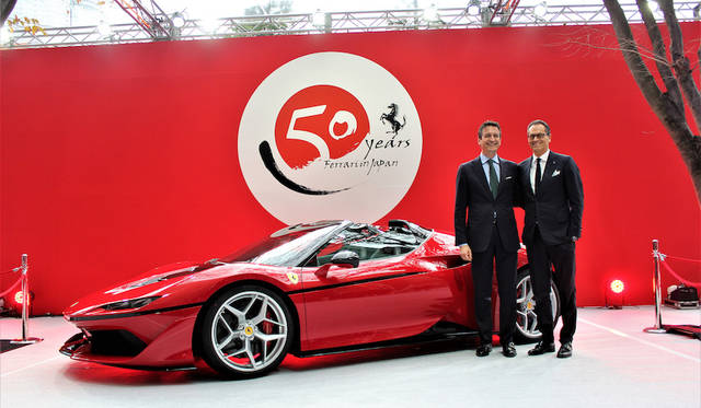 フェラーリ S.p.A.、コマーシャル &マーケティング部門 シニア・バイスプレジデントエンリコ・ガリエラ氏(左)と同デザイン部門 シニア・バイスプレジデントのフラビオ・マンゾーニ氏(右)