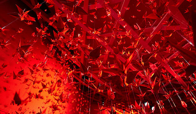 天井から吊るされた180羽の折り鶴