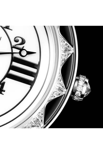 ローマ数字とアラビア数字を併記するのは、アールデコ様式が時代を席巻した1920年代の流行ディテール。