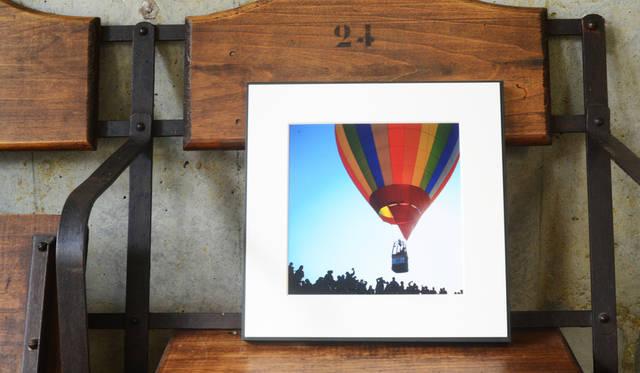 <strong>ギャラリータイプ</strong><br>木製パネルとVカットマット台紙で仕上げてあり、風景などの作品写真が映える。高級感を演出。