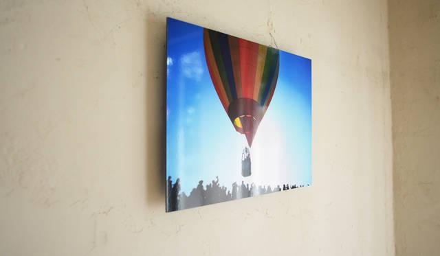 <strong>ミュージアムタイプ</strong><br>平滑性に優れた写真貼付と台座のセット。「写真が浮いているように見える」パネルタイプ。写真展にもおすすめ。