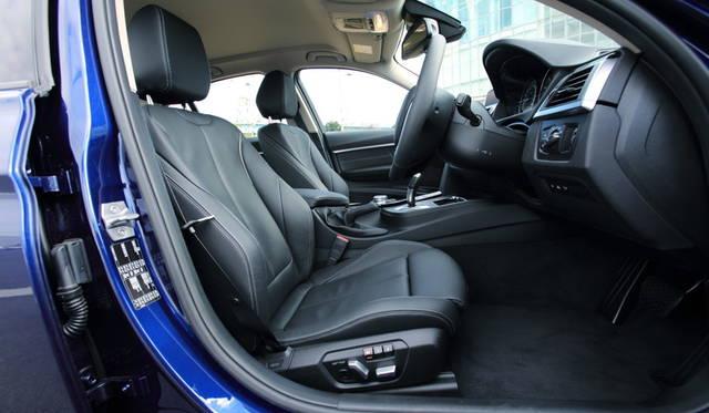 318i Sportにはオプションのダコタレザーシートが備わる(29万2000円)