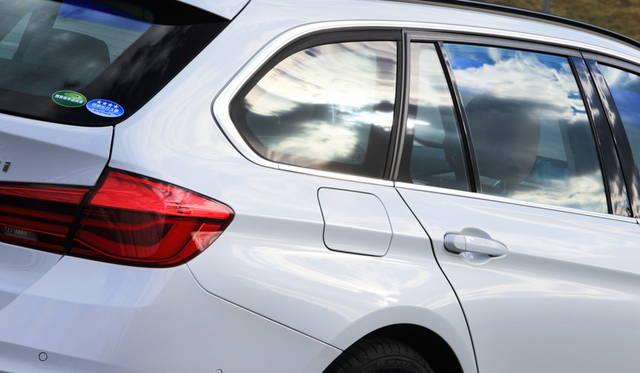 318iツーリングLuxuryの外板色はオプションのミネラルホワイト