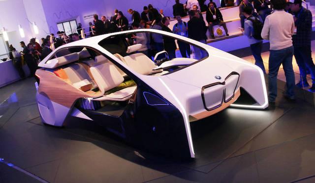 BMWは昨年に引き続き、屋外に独立したパビリオンを設営した。中央には近未来のダッシュボード「HoloActive Touch(ホロアクティブ タッチ)」のデモンストレーション用キャビンが置かれた
