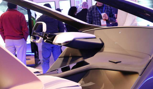 BMWホロアクティブ・タッチを搭載したダッシュボード。浮かび上がるホログラムに向けたジェスチャーだけで、さまざまな機能のコントロールが可能