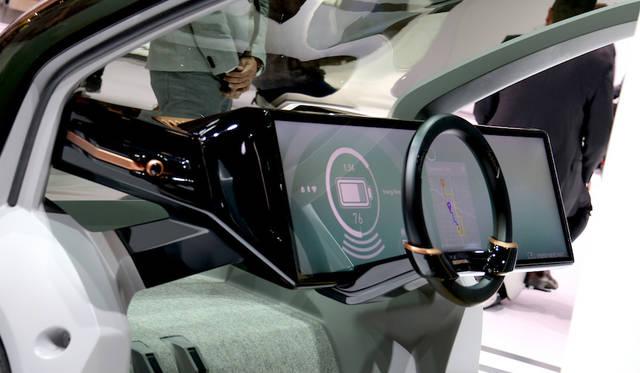 ホンダNeuVコンセプトのダッシュボード。大画面ディスプレイは、自動運転時代のインフォテインメントにおける必須アイテムとなるか