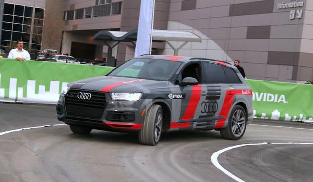 アウディは半導体企業NVIDIAとともに、屋外でAIによる自動運転車の同乗デモを行った。運転席には誰も乗っていない。すでに通常のルートを記憶している車両は、工事現場の臨時信号を認識すると、自動的に迂回路に入る