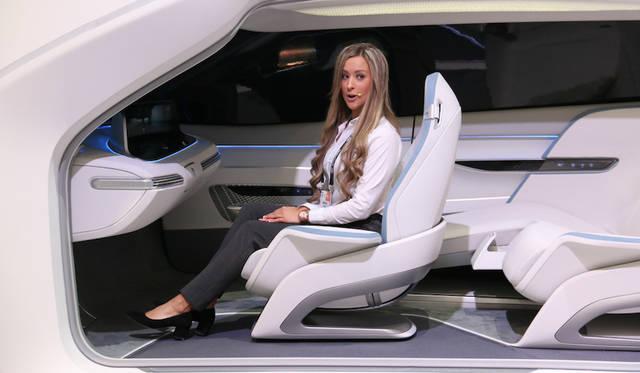 スマートハウス×自動車との連携を説明するヒュンダイのステージで。同社はシスコとクラウドベースのコネクティビティを研究中。また、世界初の車内CO2センサーもアピール。二酸化炭素が増えるとエアコンを自動調節するほか、リラックスできる音楽が選択されて流れる